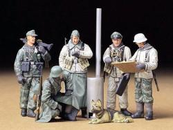 Deutsche Soldaten während einer Feldbesprechung - 1:35